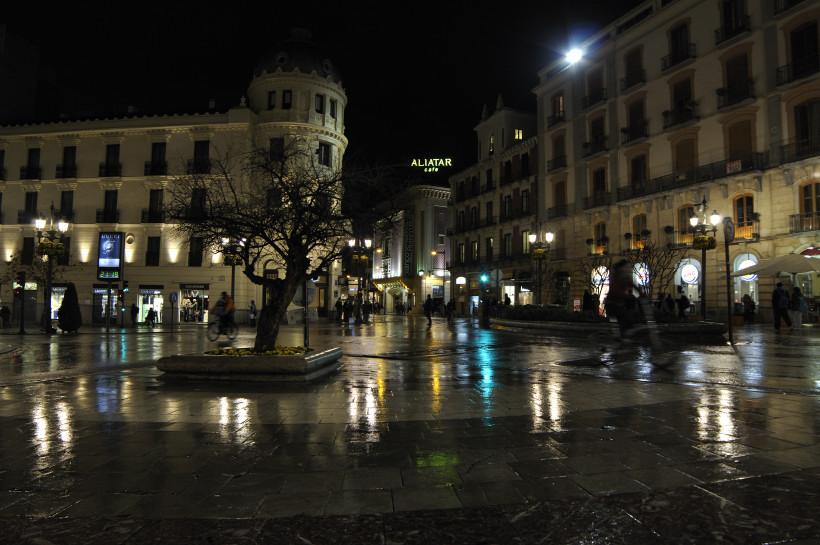 Puerta real bajo la lluvia bicis besarse en granada - Parking plaza puerta real en granada ...