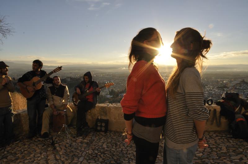 6._10248. chicas besándo al sol