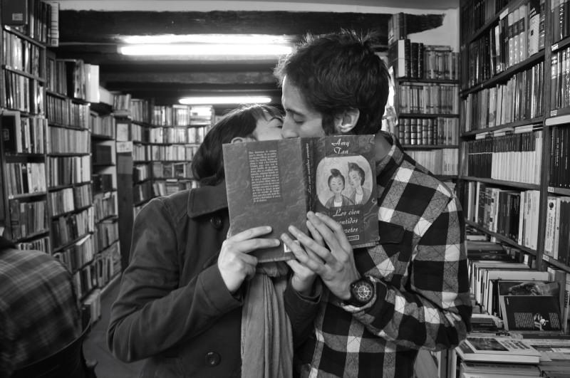 beso tras el libro_7177