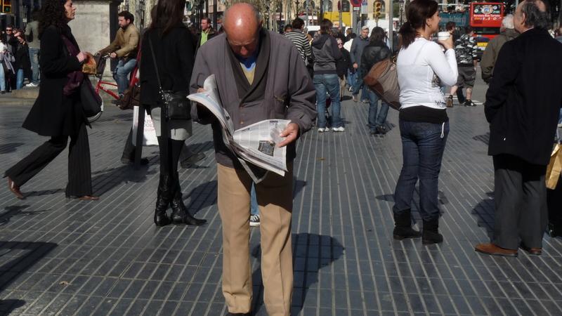 paseo con periódico