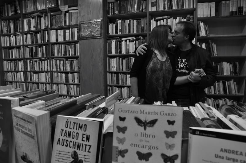 besarse en granada.beso con mariposas_8760